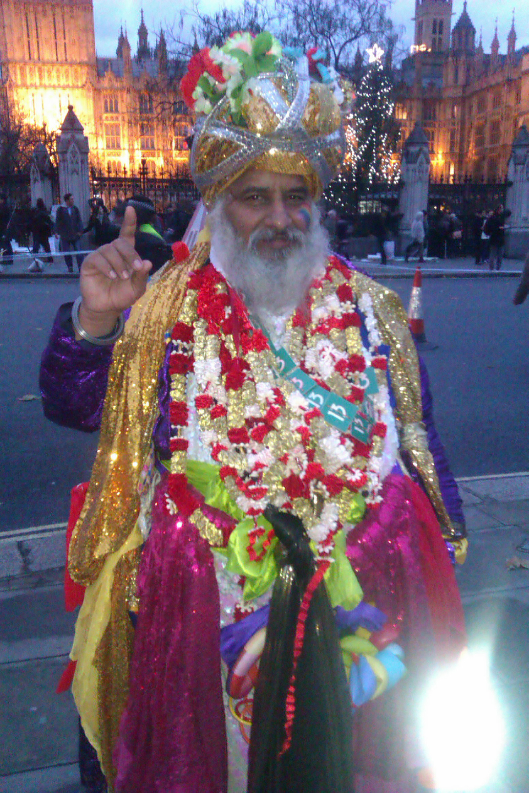 Share International January / February 2016 images, Maitreya disguised as an Indian holy man in London 29 November 2015 during climate march